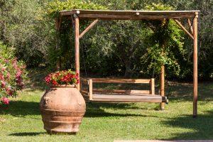tenuta la valle - ville vacanze in toscana - gazebo con altalena nel giardino