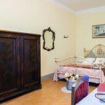 Tenuta La Valle - arredamento antico toscano di una camera a villa gambino