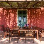 Tenuta La Valle - veranda esterna di villa gambino attrezzata con tavolo per pranzi e cene