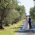 tenuta la valle - location per matrimoni in toscana - sposi per mano circondati dagli ulivi