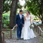 tenuta la valle - location per matrimoni in toscana - sposi che passeggiano nel parco